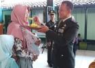 Saat Prajurit Menyuapi Sang Istri di Peringatan HUT ke-74 TNI